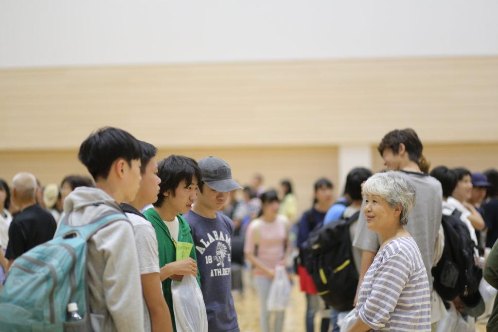 岩戸中学校の生徒が民泊家庭と初めて出会う