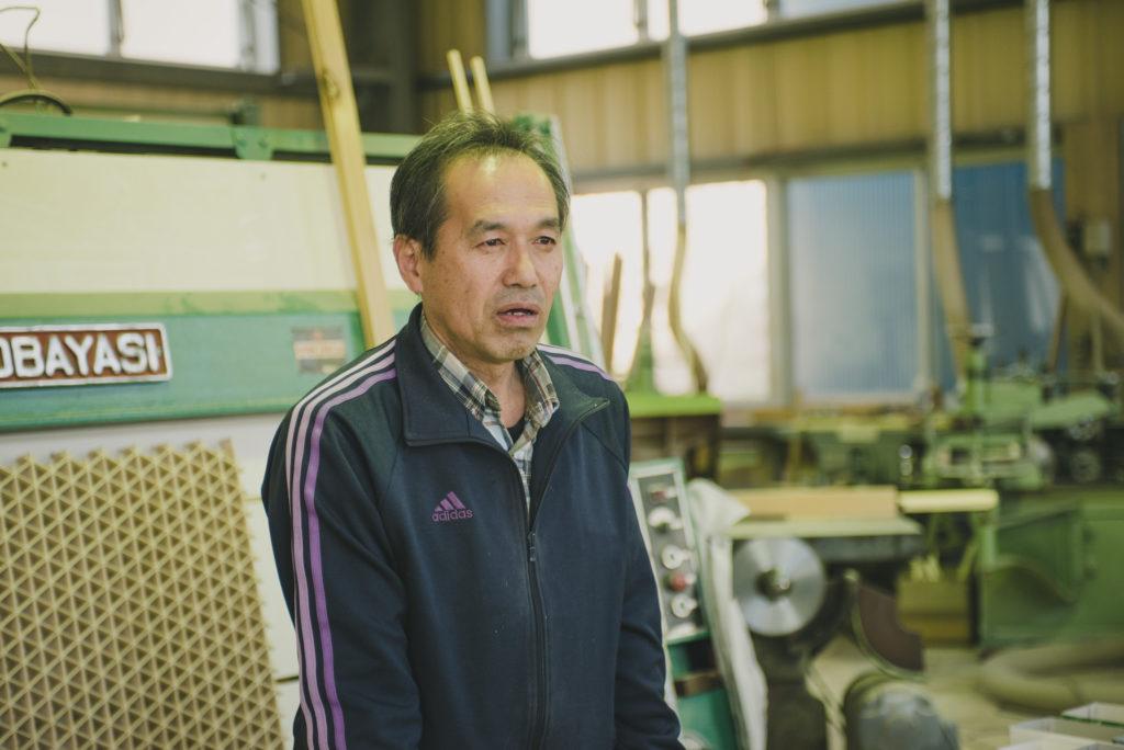 工場に立つ中村さん