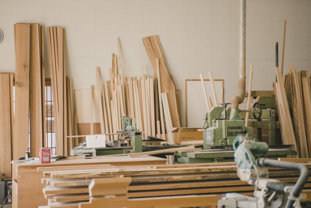気仙杉の無垢材から繊細な作品を生み出す